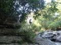 Romain saute dans la rivière